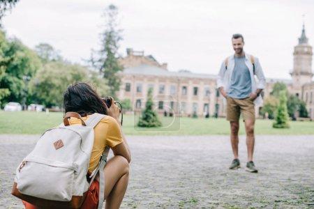 Foto de Enfoque selectivo de la mujer que toma la foto del hombre feliz - Imagen libre de derechos