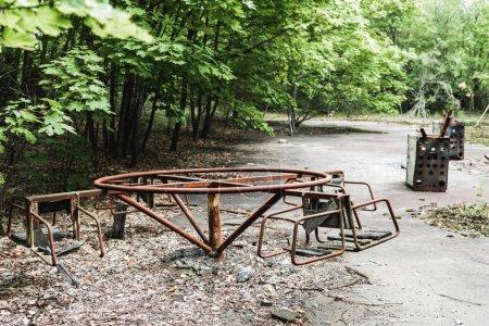 Photo pour Focus sélectif du carrousel abandonné dans le parc vert - image libre de droit
