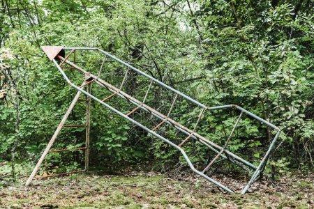 Photo pour Construction métallique abandonnée dans un parc vert - image libre de droit