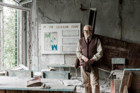 Photo pour Foyer sélectif de l'homme à la retraite tenant chapeau tout en se tenant près du bord avec des lettres - image libre de droit