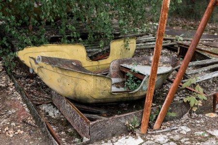 Photo pour Pripyat, Ukraine - 15 août 2019: feuilles vertes près des constructions métalliques abandonnées dans un parc d'attractions - image libre de droit