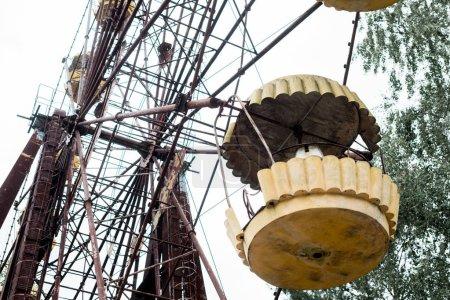 Photo pour Pripyat, Ukraine - 15 août 2019: vue à faible angle de la roue métallique ferris dans le parc d'attractions contre le ciel - image libre de droit