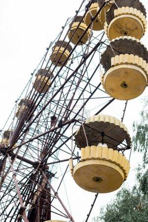Photo pour Pripyat, Ukraine - 15 août 2019: vue à faible angle de la roue de ferris dans le parc d'attractions contre le ciel à Tchernobyl - image libre de droit