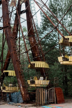 Photo pour Pripyat, Ukraine - 15 août 2019: roue métallique et rouillée dans un parc d'attractions à Tchernobyl - image libre de droit