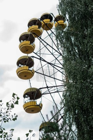 Photo pour Pripyat, Ukraine - August 15, 2019 : rousty yellow ferris wheel in amusement park in chernobyl - image libre de droit