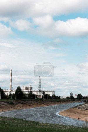 Photo pour Pripyat, Ukraine - 15 août 2019: centrale nucléaire abandonnée de Tchernobyl près des arbres et de la rivière - image libre de droit
