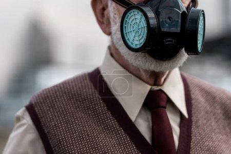 Foto de Vista recortada del hombre mayor en máscara protectora en chernóbil - Imagen libre de derechos
