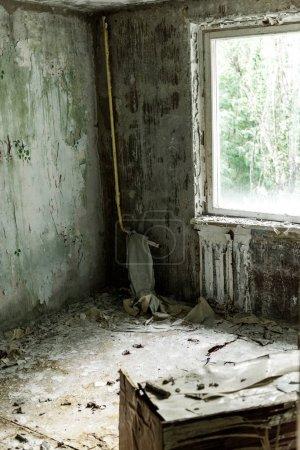 Photo pour Foyer sélectif de la pièce endommagée et sale dans la maison vide à Tchernobyl - image libre de droit