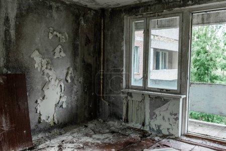 Photo pour Chambre endommagée et sale avec des murs flocons à Tchernobyl - image libre de droit
