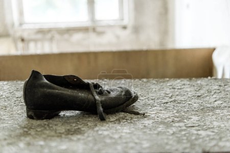 enfoque selectivo del zapato sucio en la superficie escamosa