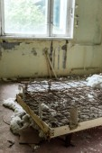 """Постер, картина, фотообои """"селективный фокус ржавой кровати в поврежденной спальне в Чернобыле"""""""