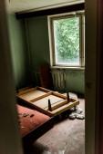 """Постер, картина, фотообои """"селективный фокус деревянного стола в грязной комнате в Чернобыле"""""""