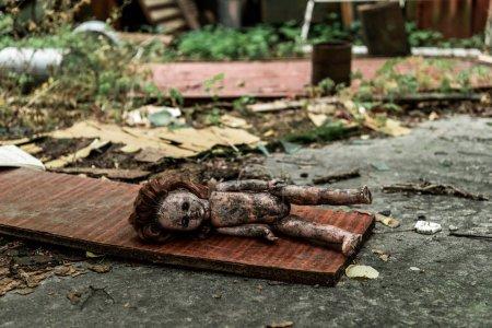 Photo pour Foyer sélectif de poupée de bébé brûlée sur l'asphalte à Tchernobyl - image libre de droit