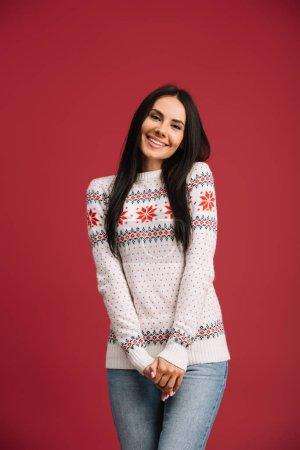 Photo pour Femme de sourire posant dans le chandail d'hiver d'isolement sur le rouge - image libre de droit