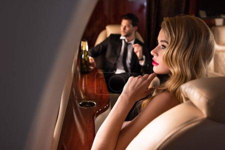 Photo pour Foyer sélectif de beau couple élégant voyageant en avion - image libre de droit