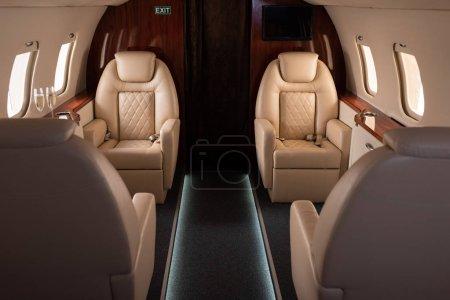 Photo pour Intérieur de l'avion avec champagne pour le voyage - image libre de droit
