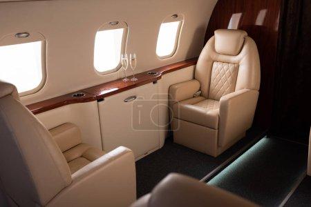 Photo pour Avion vide avec avion de champagne pour le voyage - image libre de droit