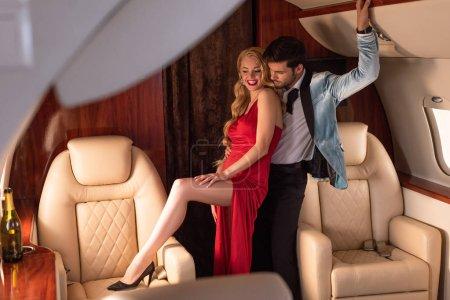 Photo pour Beau couple élégant sexy serrant dans l'avion - image libre de droit