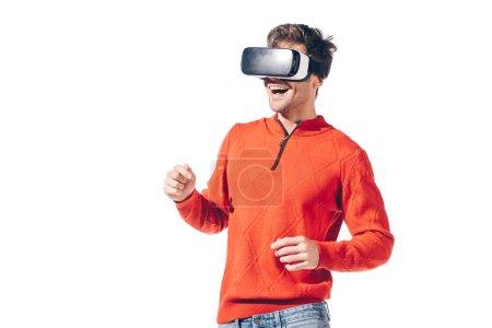 Photo pour Homme souriant utilisant casque de réalité virtuelle, isolé sur blanc - image libre de droit