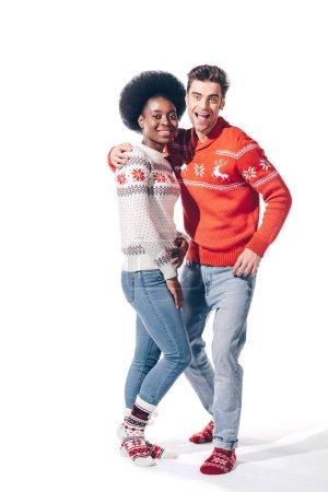 alegre pareja multiétnica abrazo aislado en blanco