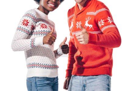 Photo pour Vue recadrée du couple multiethnique montrant les pouces levés, isolé sur blanc - image libre de droit