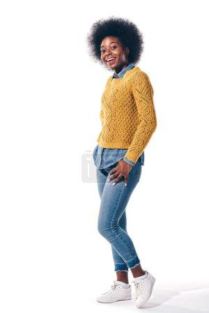 fröhliches afrikanisch-amerikanisches Mädchen in gelbem Pullover, isoliert auf weiß