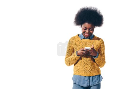 Photo pour Smiling african american girl using smartphone, isolated on white - image libre de droit
