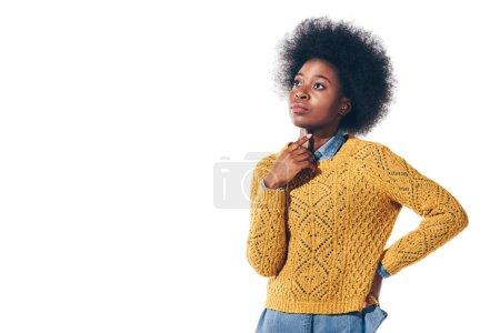 Photo pour Fille africaine réfléchie en chandail jaune, isolée sur blanc - image libre de droit