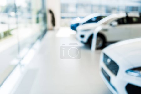 Photo pour Blurred car showroom with new and shiny cars - image libre de droit