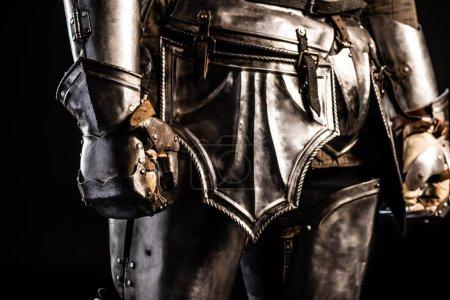 Photo pour Crochet vue de chevalier en armure isolée sur noir - image libre de droit