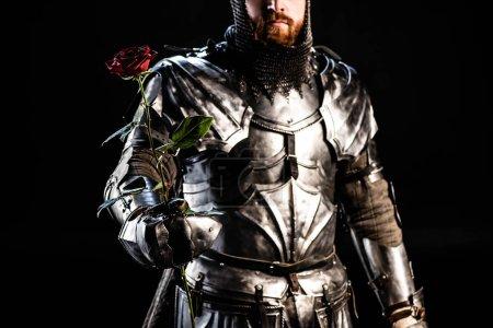 Photo pour Crochet vue de chevalier en tenue d'armure rose isolée sur noir - image libre de droit