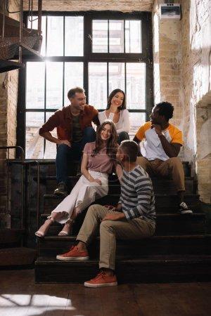 Photo pour Positive, jeunes entrepreneurs multiculturels parlant dans les escaliers - image libre de droit