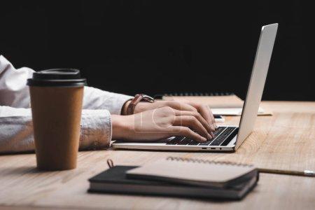 Photo pour View coupée de seo manager assis à la table et utilisant un ordinateur portable - image libre de droit