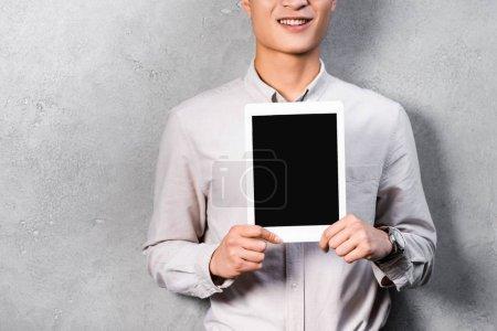 Photo pour Crochet vue de seo gestionnaire souriant tenant une tablette numérique avec espace de copie - image libre de droit
