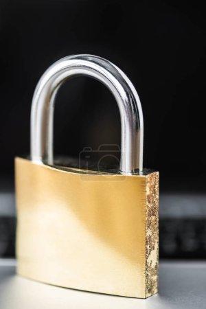 Photo pour Focalisation sélective du cadenas métallique avec espace de copie dans le bureau - image libre de droit