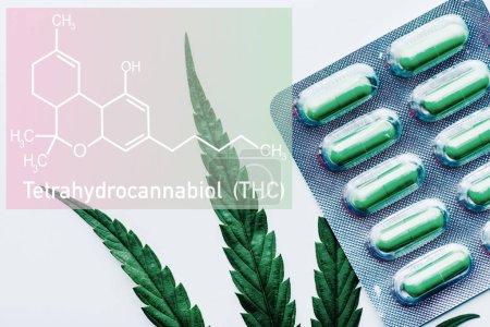 Photo pour Vue du haut des pilules vertes en ampoule et de la feuille de marijuana sur fond blanc avec illustration à la molécule thc - image libre de droit