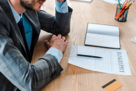 Photo pour Crochet vue d'un homme d'affaires près du papier et du stylo sur la table - image libre de droit