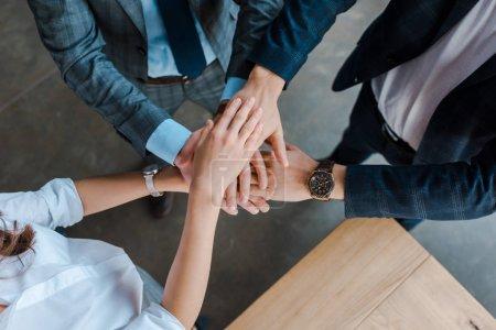 Photo pour Top vue des collègues se serrant la main au bureau - image libre de droit