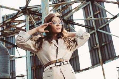 Photo pour Attrayant fille à la mode posant en costume beige et béret sur le toit - image libre de droit