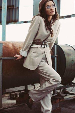 Foto de Hermosa chica de moda posando en traje beige y boina en el techo urbano - Imagen libre de derechos