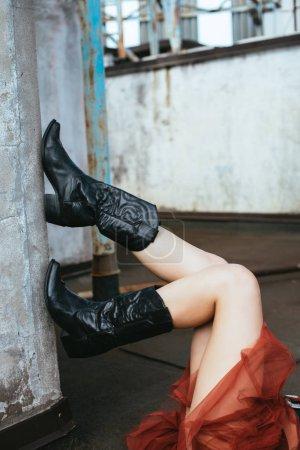 Photo pour Croquis d'une fille en bottes de cow-boy sur un toit urbain - image libre de droit