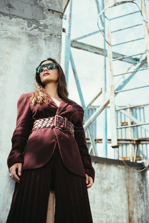 Foto de Hermoso y elegante modelo que presenta un estilo moderno de ladrillo en el techo urbano. - Imagen libre de derechos