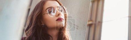Photo pour Élégante fille posant en combinaison bourgogne tendance et lunettes de soleil sur le toit urbain - image libre de droit