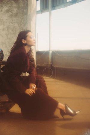 Foto de Elegante chica de moda con traje y gafas de sol a la moda en el techo urbano. - Imagen libre de derechos