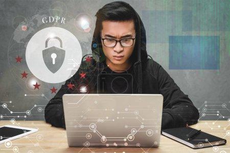 Photo pour Pirate asiatique en utilisant un ordinateur portable et assis près de cadenas illustration et lettrage gdpr - image libre de droit