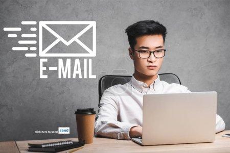 Photo pour Asian seo gestionnaire en utilisant un ordinateur portable et assis près de l'illustration de courriel - image libre de droit