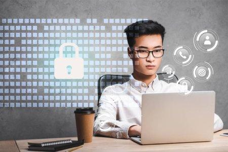 Photo pour Asiatique homme d'affaires en utilisant ordinateur portable et assis près de cadenas illustration - image libre de droit