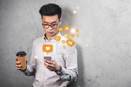 Photo pour Asiatique seo manager tenant tasse en papier, en utilisant smartphone avec aime illustration - image libre de droit