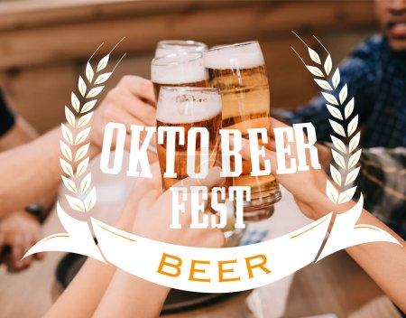 Photo pour Vue recadrée d'amis multiculturels cliquetis verres à bière au pub avec Oktobeer fest illustration - image libre de droit