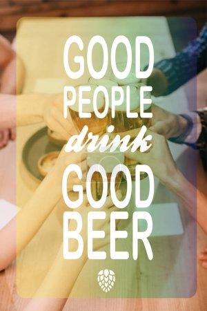 Photo pour Vue dégagée des amis multiculturels lunettes avec de la bière dans le pub avec de bonnes personnes boire une bonne illustration de la bière - image libre de droit